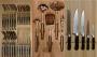 Лоток с кухонными принадлежностями ножами и столовыми приборами