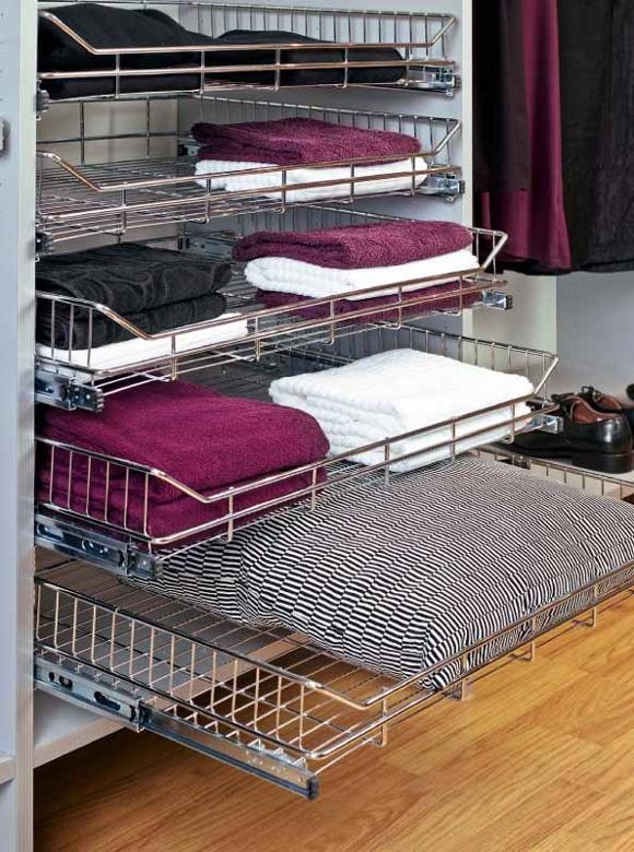 Корзины для одежды в шкафу